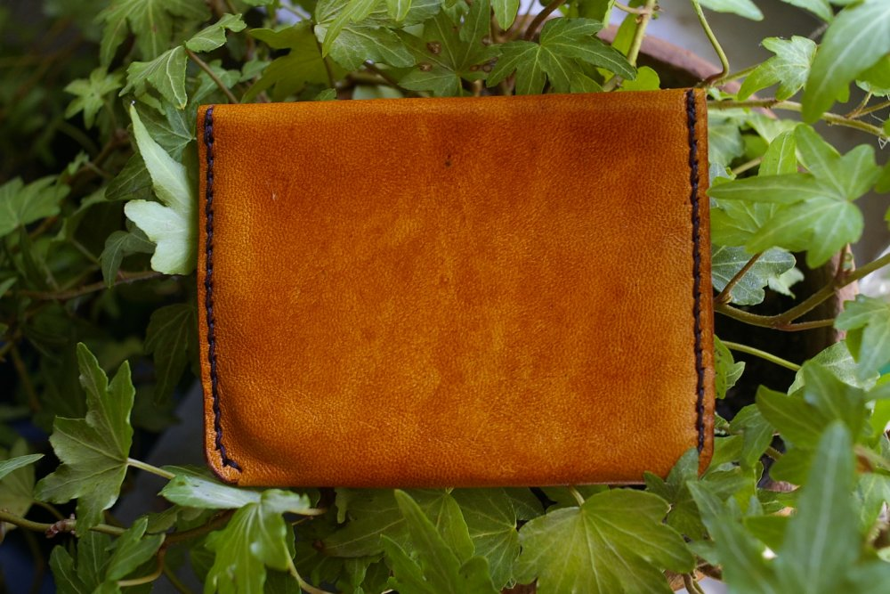pochette porte carte en cuir caprin pleine fleur tannage végétal avec petit motif décor repoussé, embossé, gaufré.design moderne