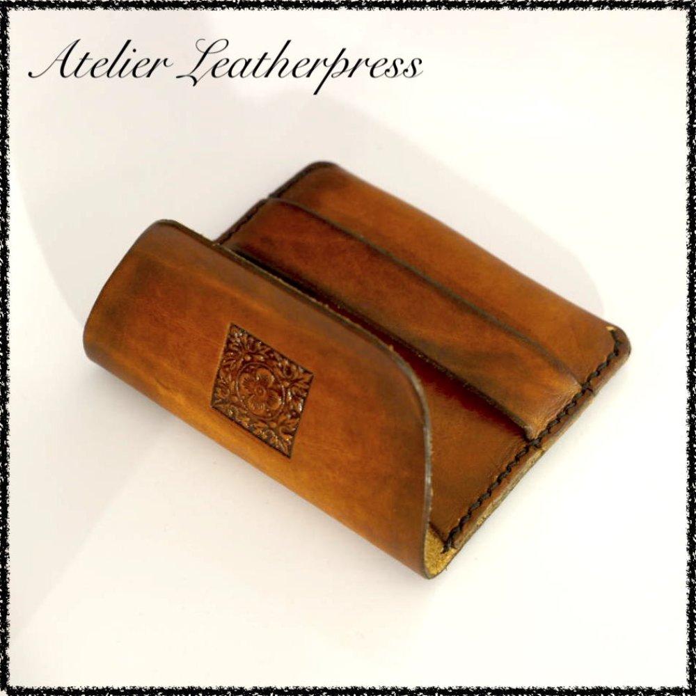 Originale petite pochette porte cartes en cuir véritable bovin tanné végétal, motif repoussé, embossé, design moderne.
