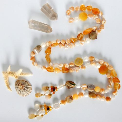 Collier sans fermoir, collier lasso ou lariat avec nacre, pierres naturelles et embouts fait main en laiton et pierres naturelles
