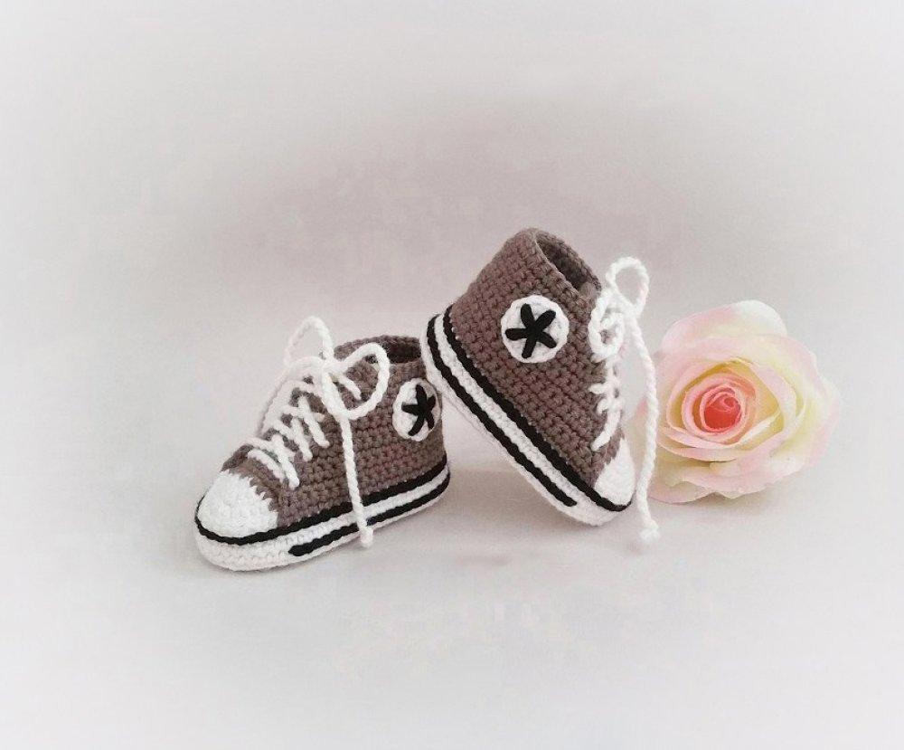Chaussons bébé forme baskets 0/3 mois en laine de couleur renne et blanc