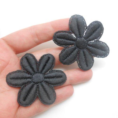 2 fleurs grises en coton de 4,5 x 5 cm.