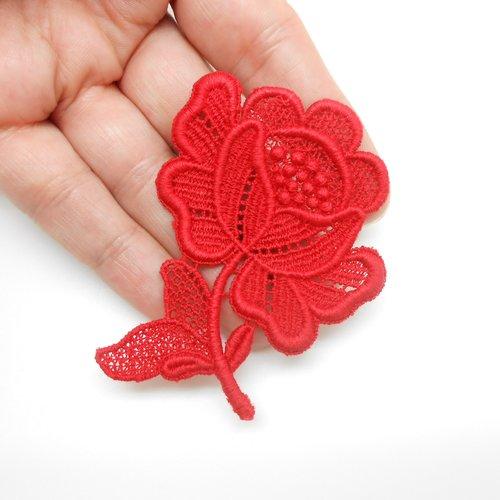 Fleur en coton rouge.