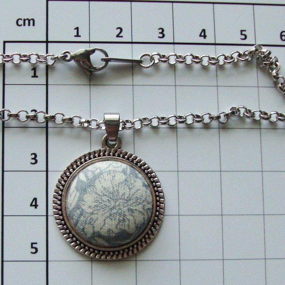 Collier chaîne et médaillon en tissu style Liberty of London Margaret Annie fond gris.