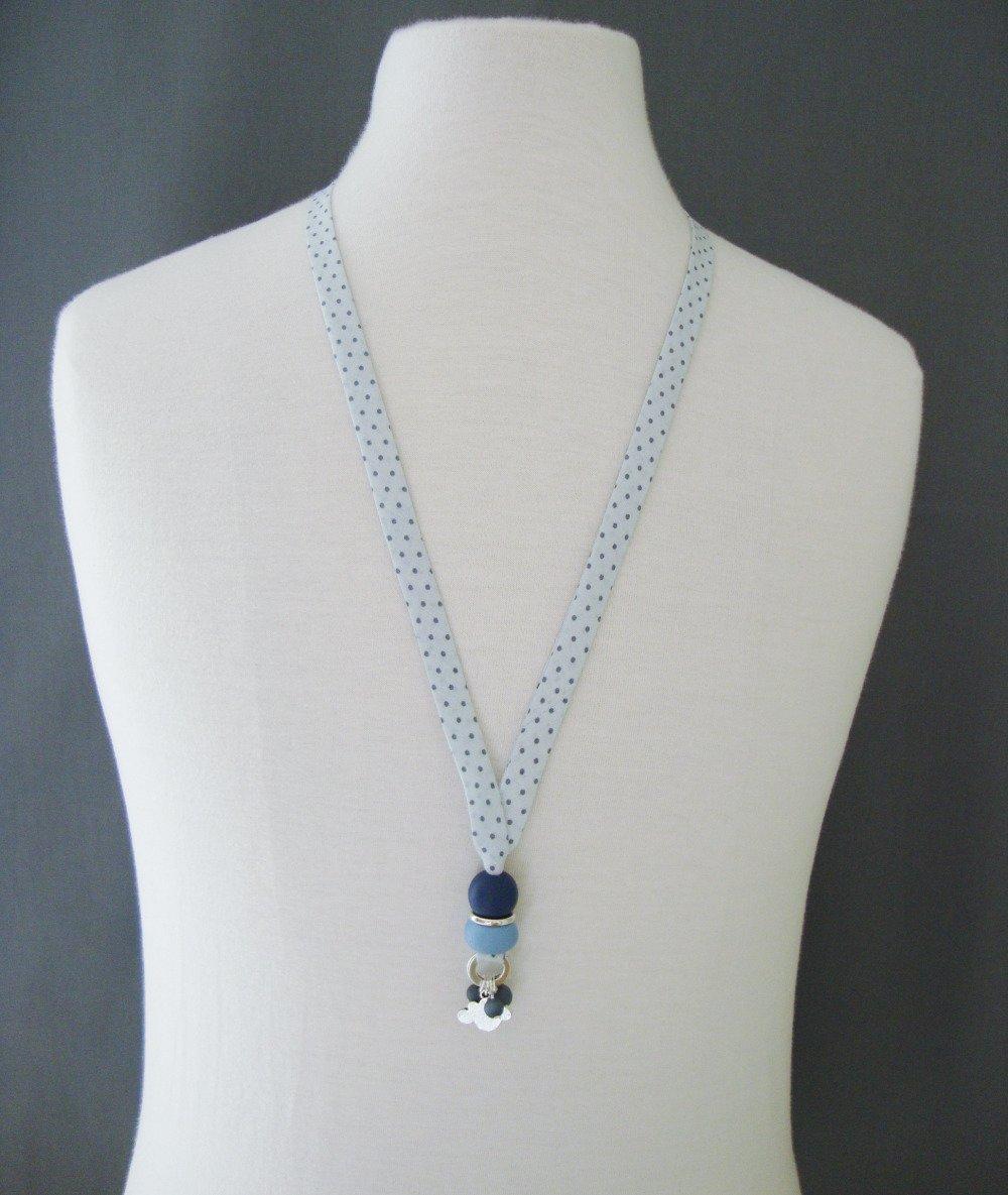 """Collier en biais Frou Frou """"Céleste"""", perles en bois """"bleu"""", """"marine"""", nuage et fermoir en métal argenté."""
