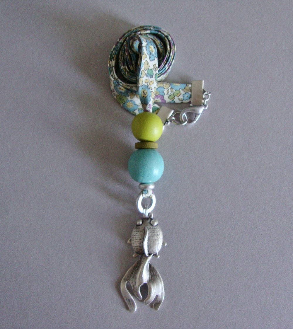 """Collier en biais Liberty """"Betsy Ann Pastel"""", perles en bois vert et bleu, pendentif """"Goldenfish"""" et fermoir en métal argenté."""