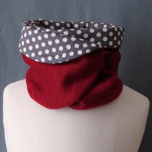 Tour de cou réversible en tissu polaire bordeaux et coton gris motifs pois fermé par bride et bouton(s).