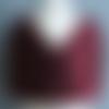 Cache cœur réversible en polaire bordeaux et tissu première étoile aubergine fermé par badge.
