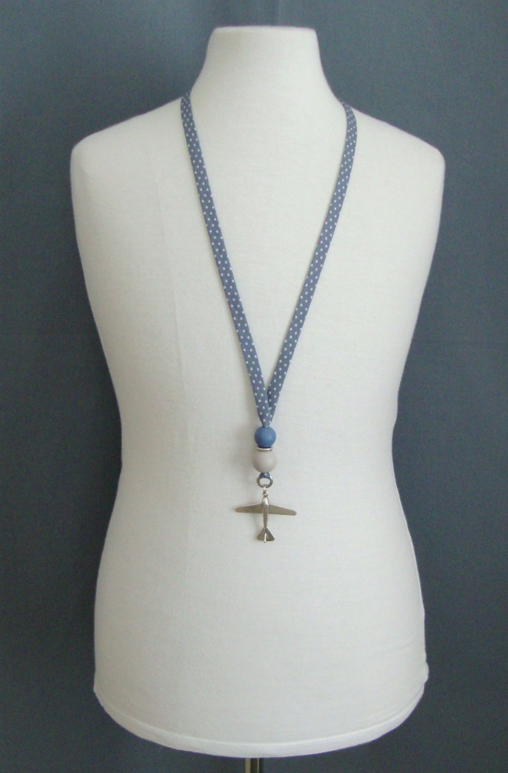 """Collier en biais Frou Frou """"ardoise cendrée à pois"""", perles rondes en bois bleue et grise, pendentif avion."""