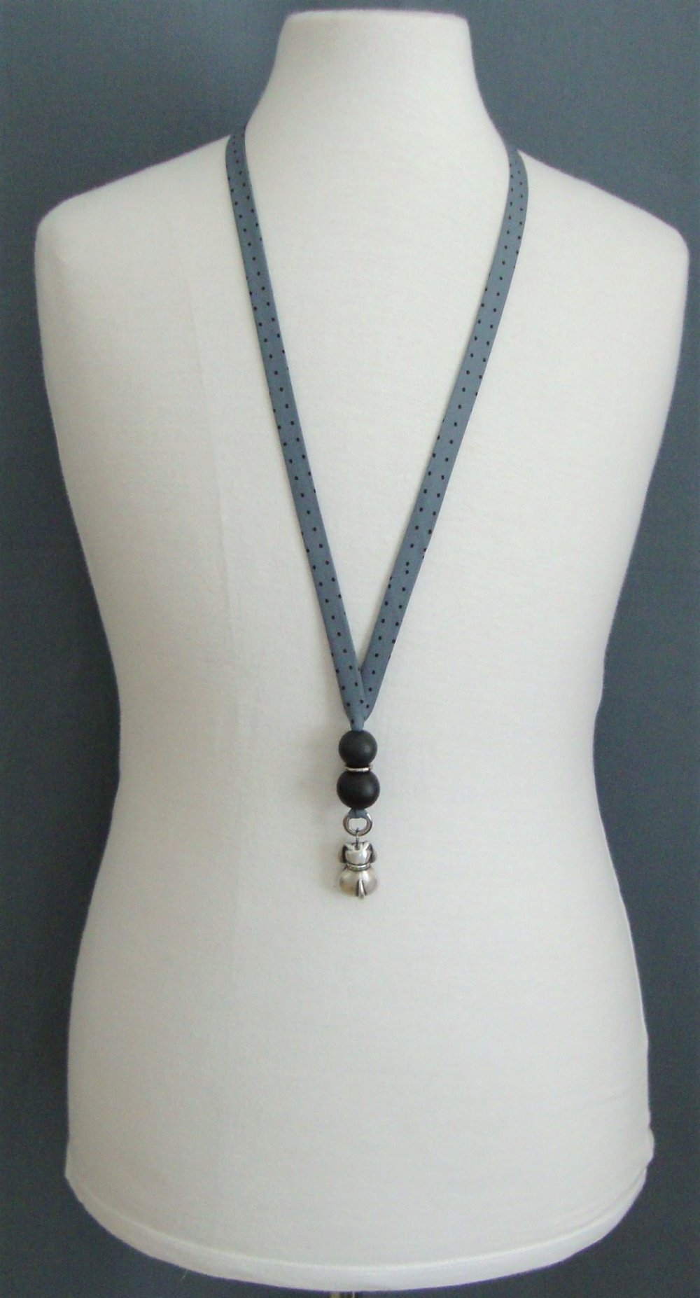 """Collier en biais France Duval """"orageux à pois noirs"""", perles rondes en bois et chien en métal argenté."""