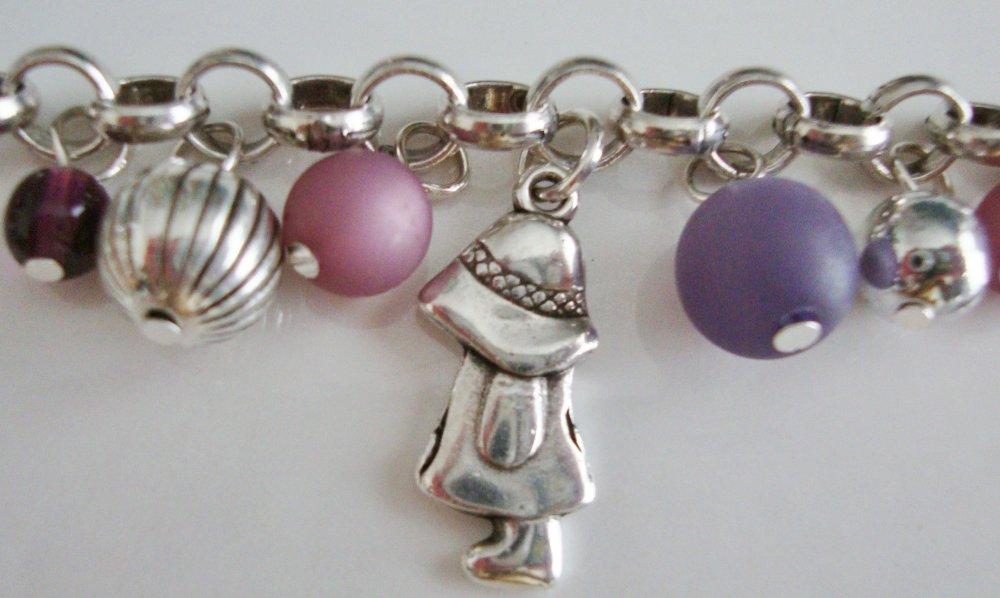 """Bracelet breloques fillettes, perles polaris """"violet"""" et """"antique pink"""", perles en verre pressé, breloques et fermoir T en métal argenté."""