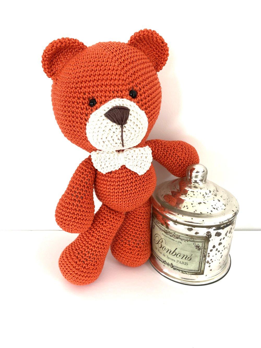 Amigurumi  l'ours Raphael et son noeud beige cadeau naissance