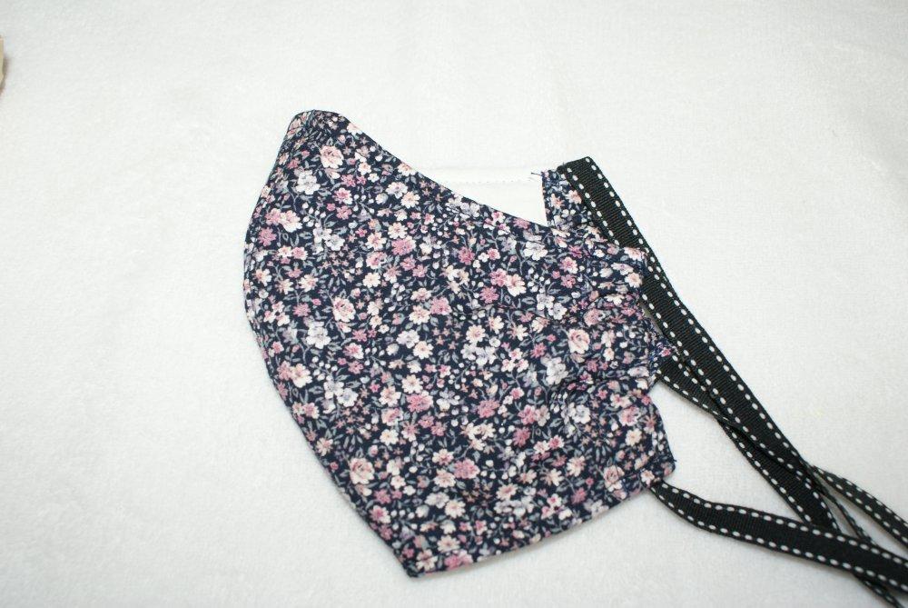 masque femme en tissu  fond marine à petites fleurs style liberty tons roses