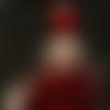 Collier poupée plume rouge