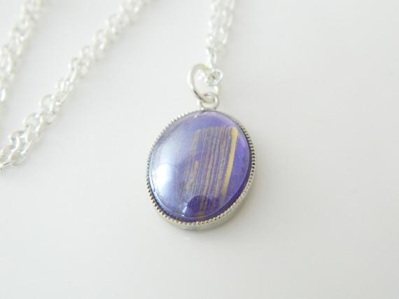 Collier argenté cabochon verre violet doré