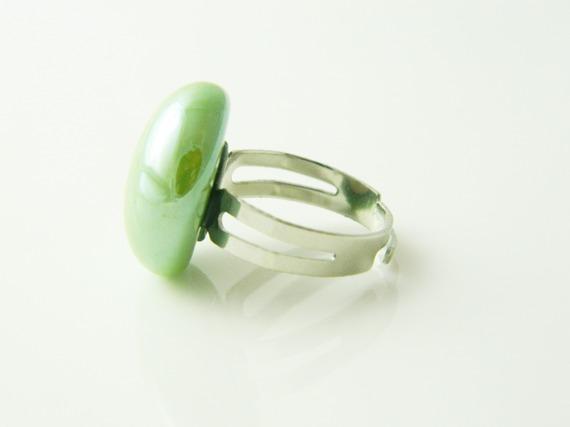 Bague réglable cabochon galet verre vert irisé argenté