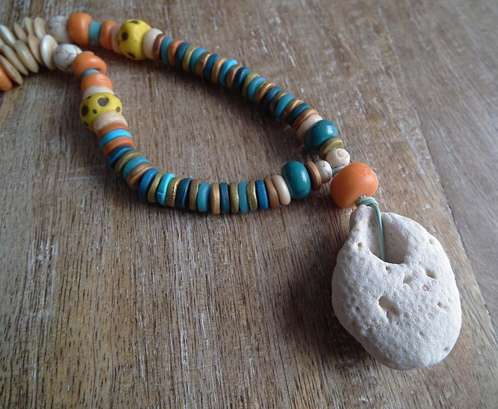 Collier ZARHO mi-long ethnique avec beau corail blanc, perles en corne, rocailles et perles oranges, turquoises.