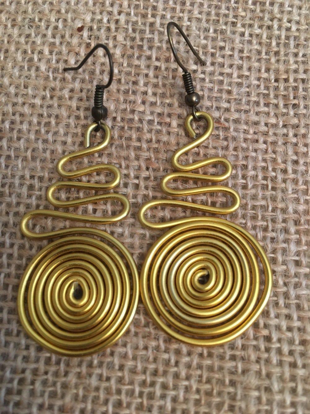 Boucles oreilles fil alu jaune dore - Les Bijoux de Melou