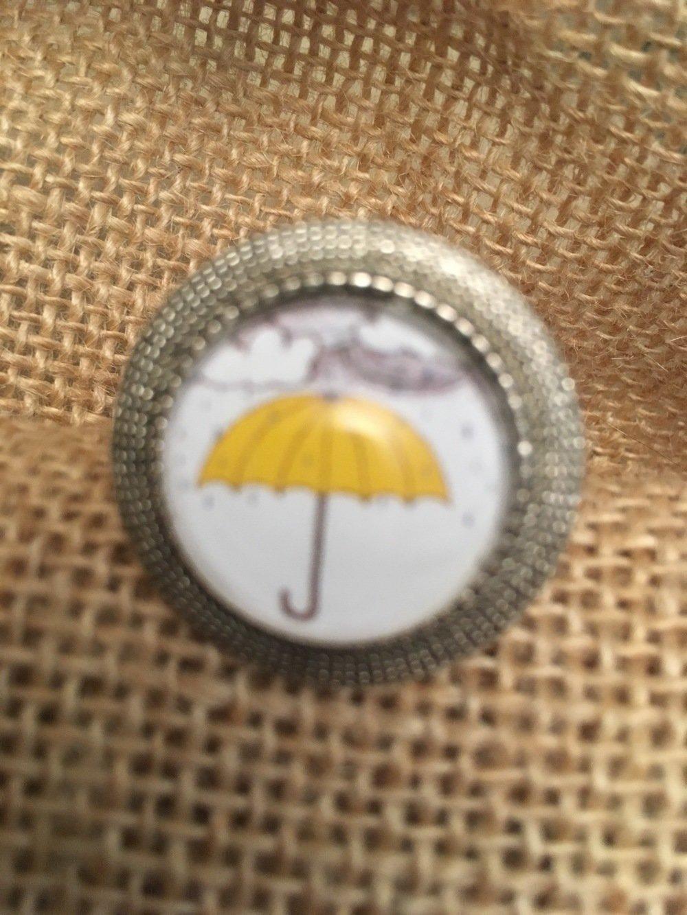 Bague réglable cabochon parapluie jaune les bijoux de Melou