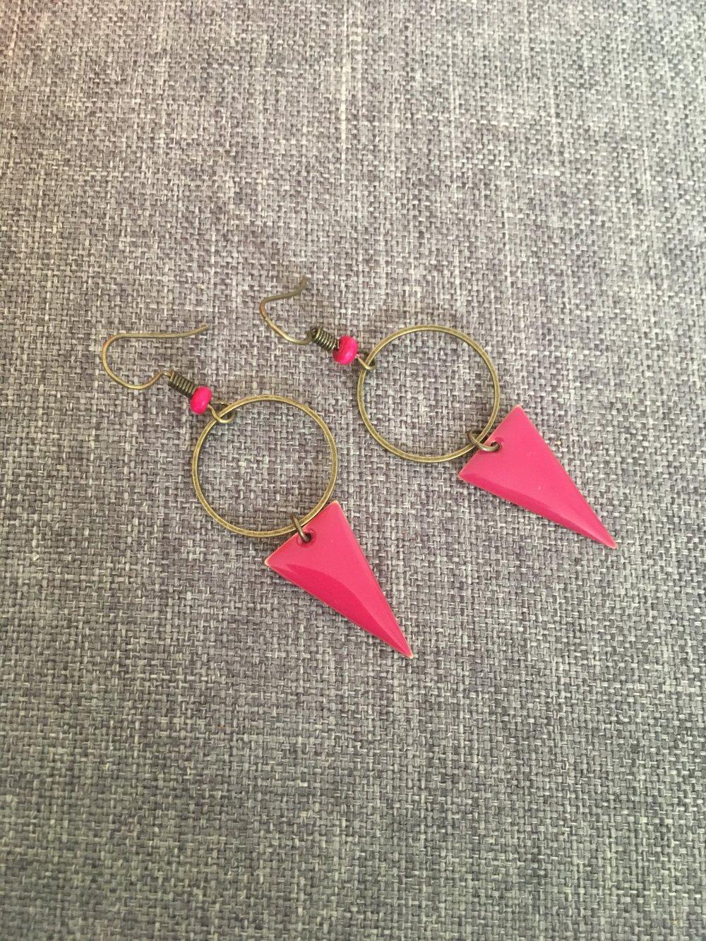 Boucles sequins triangles fushia et connecteurs ronds lesbijouxdemelou