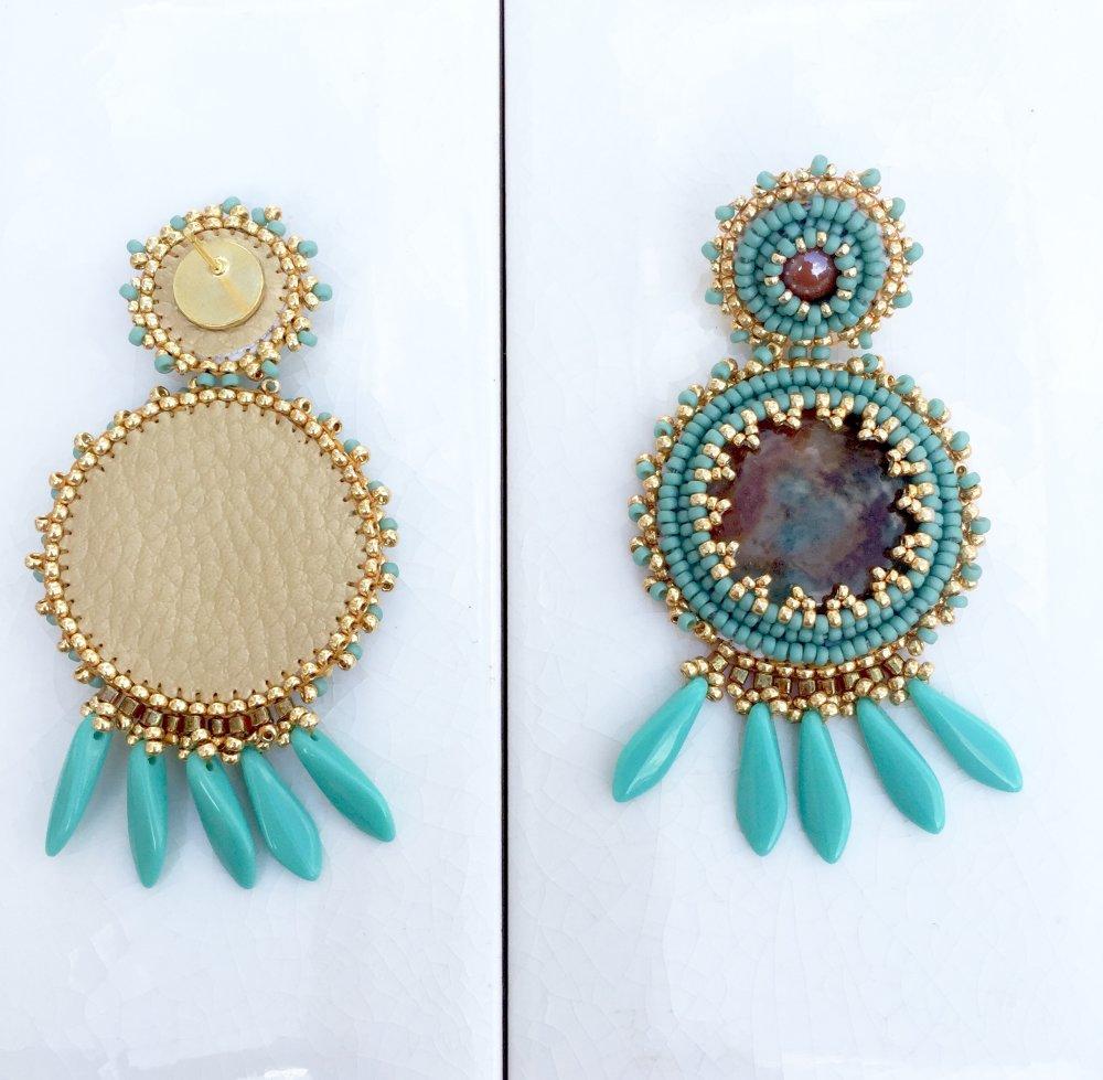 Boucles d'oreilles turquoises broderie de perles dorées