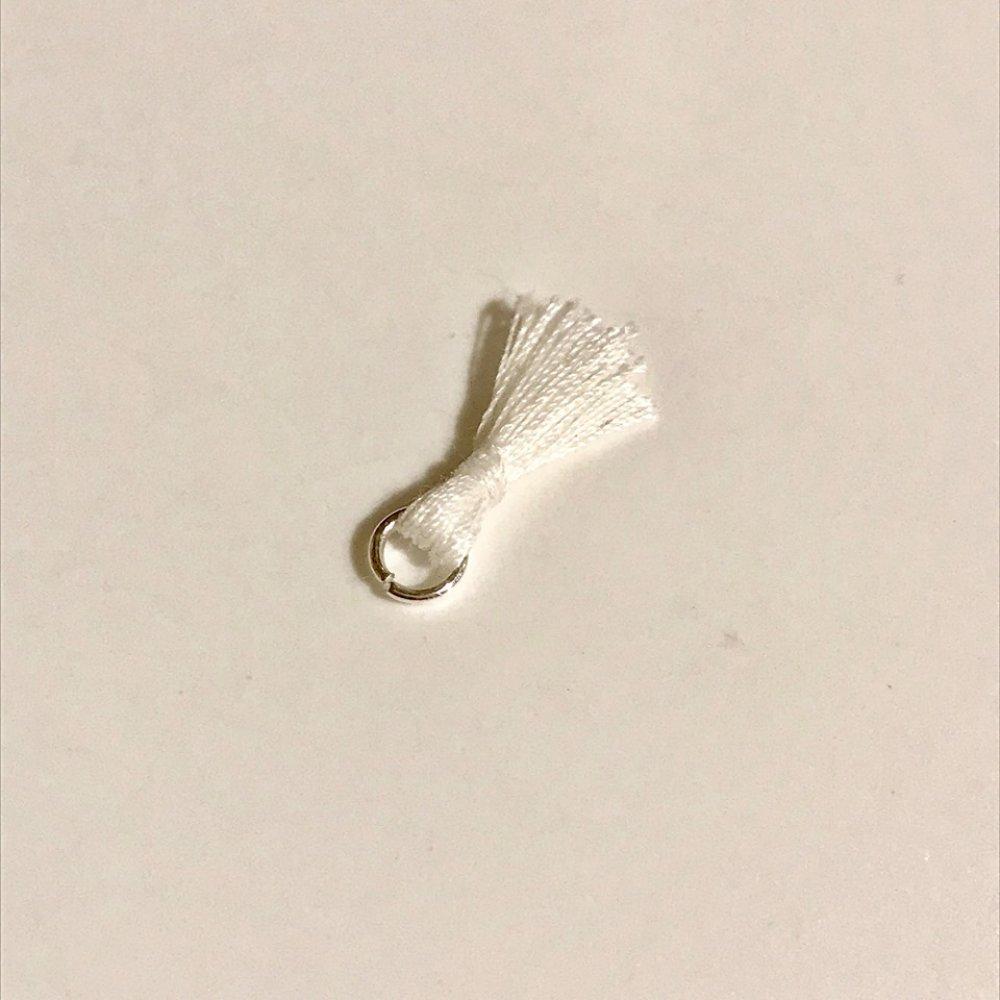 1 Pompon en polyester blanc 18mm fait main avec anneau 5mm argenté brillant 1000