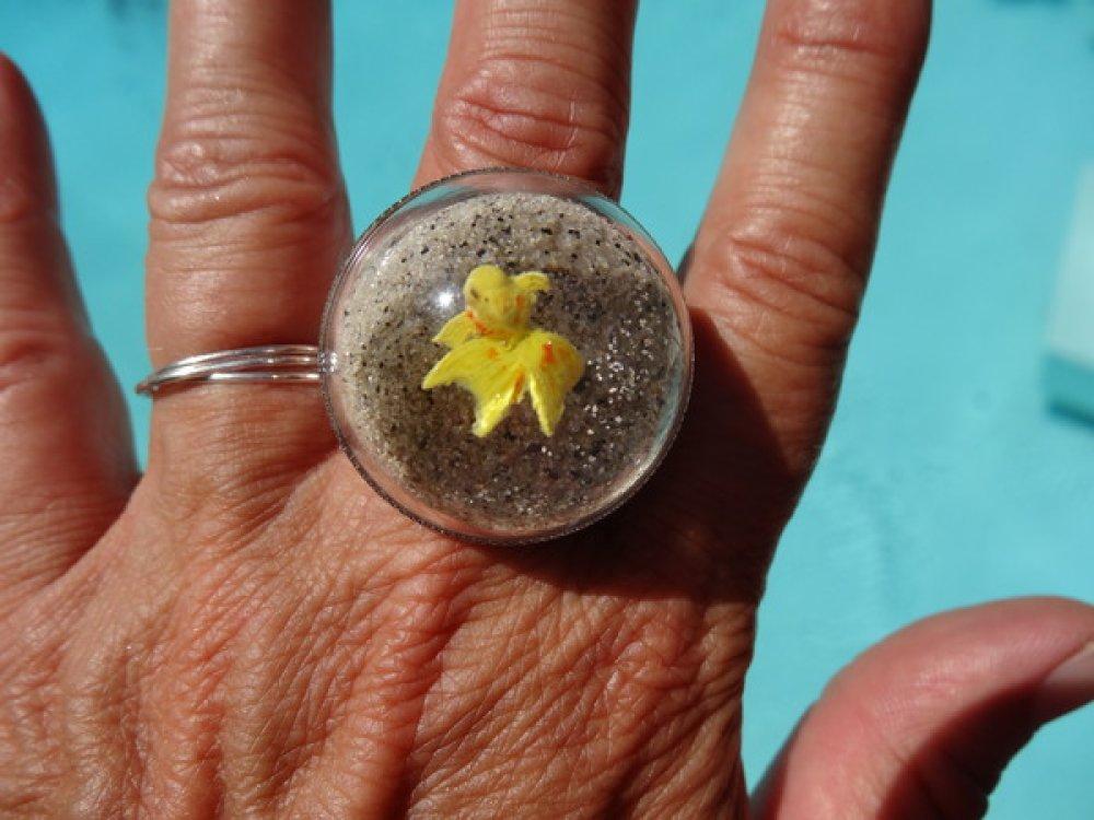 BAGUE dome estivale, poisson jaune, sur fond de sable mobile / Diamètre 30mm