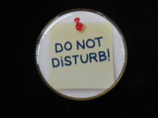 BROCHE fantaisie, Do not Disturb, sertie en résine / Diamètre 30mm