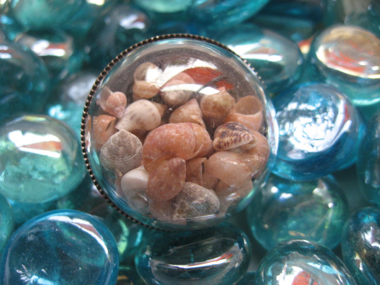 Bague grand dome estivale, coquillages mobiles, sertie en résine / Diamètre 30mm
