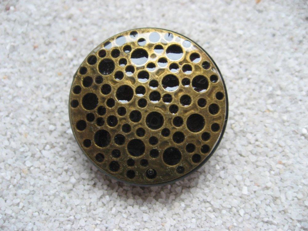 Grande bague graphique, estampe bronze trouée, sur fond noir en résine / Diamètre 35mm