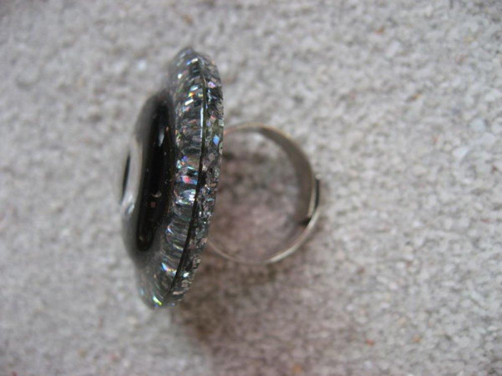 Grande bague graphique, perle blanche, sur fond noir et argenté en résine / Diamètre 35mm