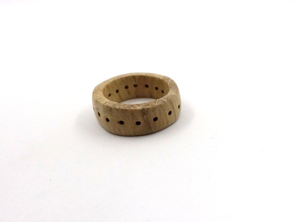 Bague Pointillés, anneau simple en bois de chêne et points percés