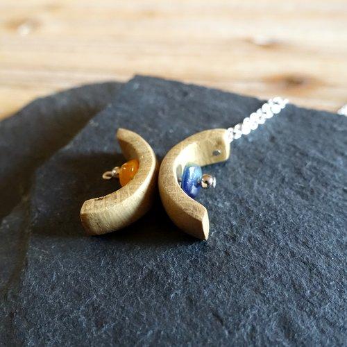 Collier dos à dos, pendentif arcs de cercle en bois et perles bleu et orange, bijou naturel et écoresponsable