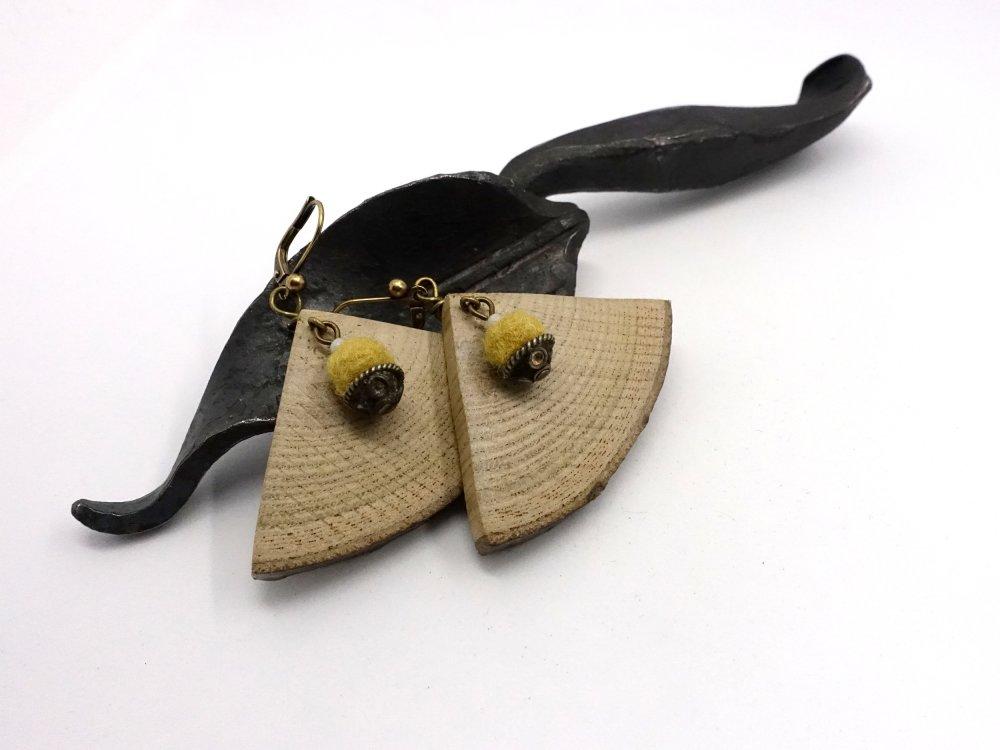 Boucles Danseuses, boucles d'oreilles géométriques triangulaires en bois et laine feutrée