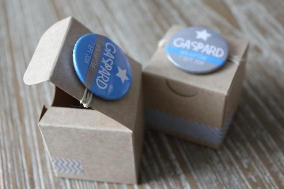 2 boites à dragées coordonnées en kraft avec badges personnalisés
