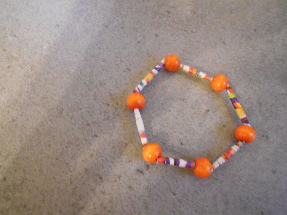 Bracelet en perles de papier multicolores et perles bois oranges