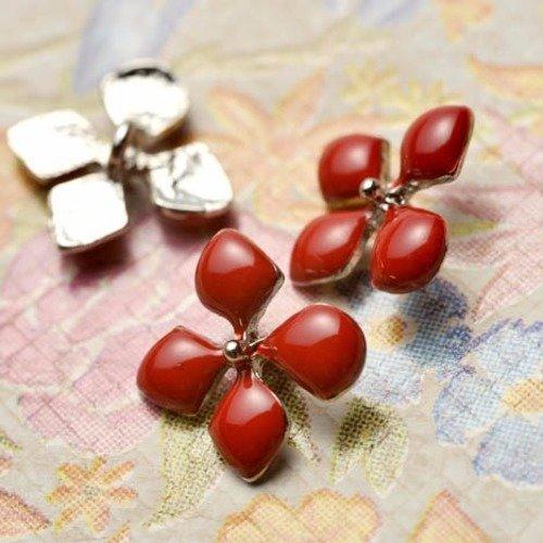 Bouton fleur parfum d'été avec cet élégant bouton rouge