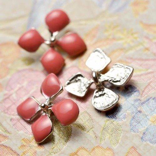 Bouton fleur parfum d'été avec cet élégant bouton rose saumon