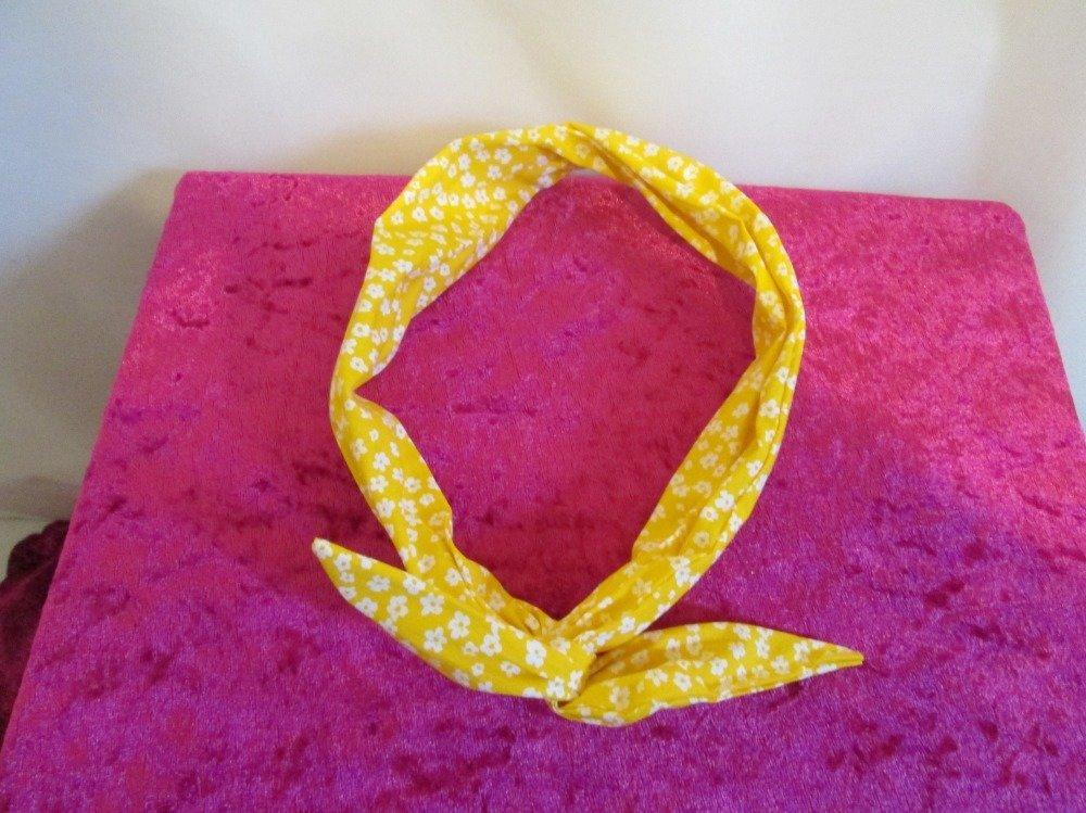 Bandeau vintage rigide à nouer jaune à petites fleurs blanches