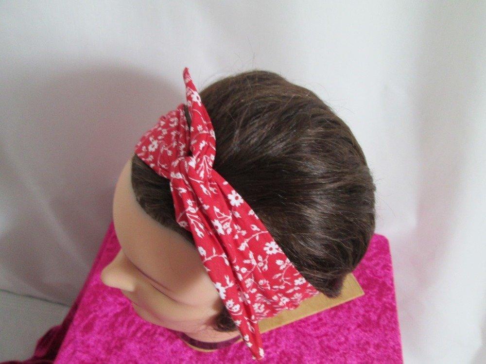 Bandeau vintage rigide rouge à petites fleurs et petites feuilles blanches