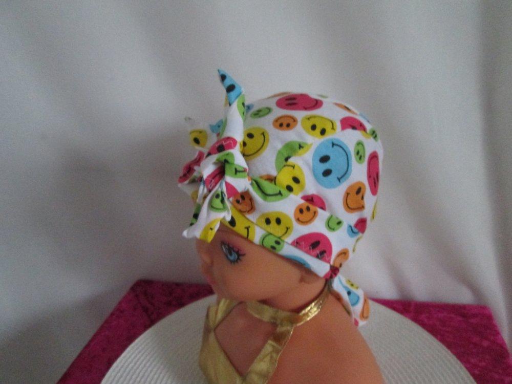 Foulard chimio, turban enfant de couleur blanche avec des smiley multicolore
