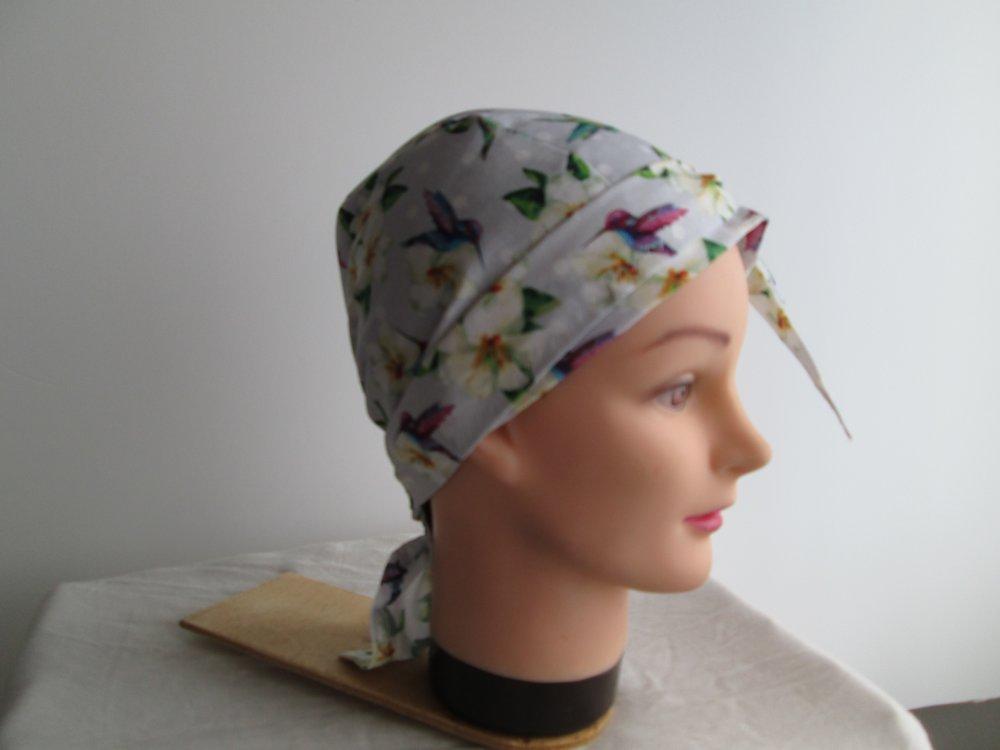 Foulard, turban chimio, bandeau pirate au féminin gris avec des fleurs et des oiseaux
