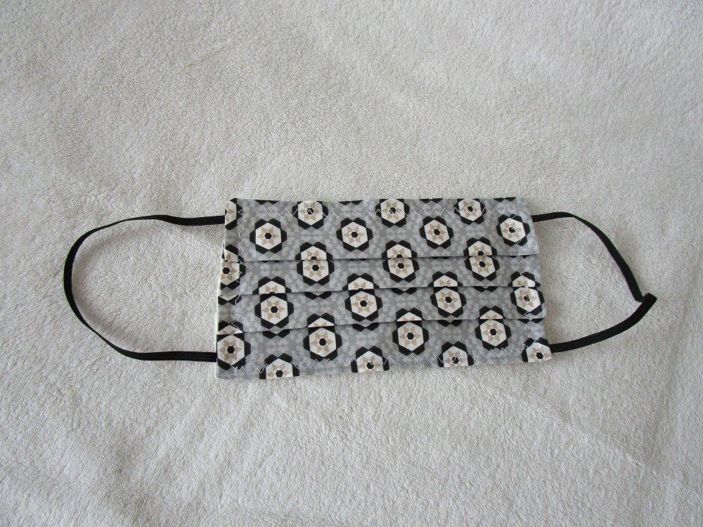Masque de protection de couleur blanche, beige, grise et noire à motif géométrique