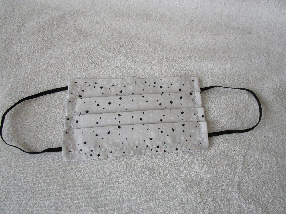 Masque de protection de couleur grise avec des étoiles noire, blanche et grise