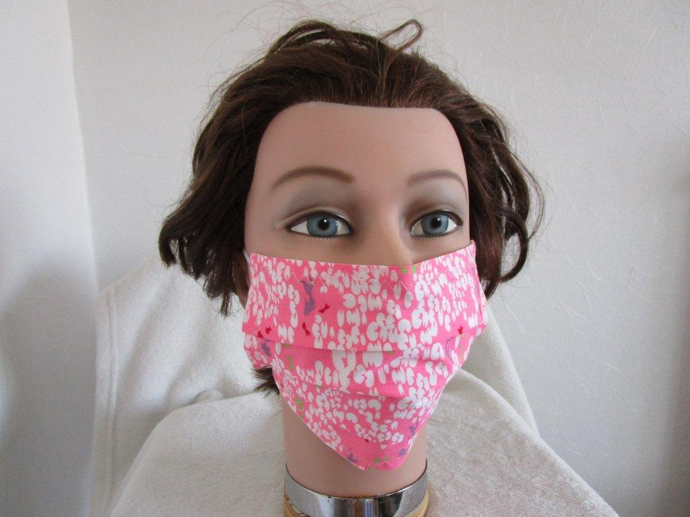 Masque en tissu lavable de couleur rose fluo avec des poissons vert, rouge et violet