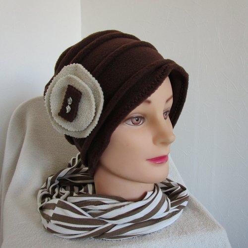 Bonnet, toque femme en polaire marron avec une broche avec 2 oiseaux argentés