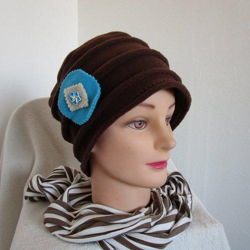 Bonnet, toque femme en polaire marron avec une broche fleur turquoise