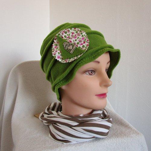 Bonnet, toque femme en polaire vert olive avec une broche argentée