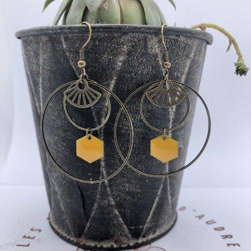 Double boucle d'oreille créole bronze à breloque estampe éventail et hexagone sequin émaillé epoxy jaune moutarde
