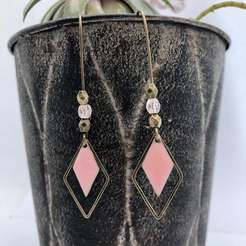 Boucle d'oreille dormeuses bronze pendantes à breloque losange sequin émaillé rose perle verre