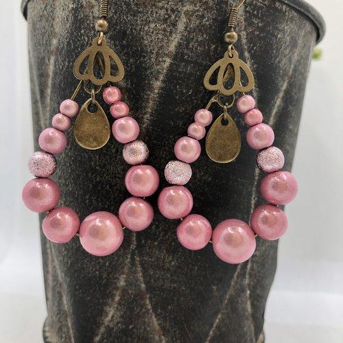 Boucle d'oreille pendante à créole goutte bronze perles illusion rose poudré, estampe corolle de fleur